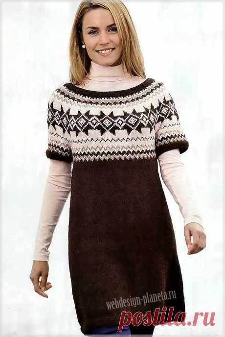 Платье-туника спицами с кокеткой из жаккардового узора Теплая туника с кокеткой из жаккардового узора и короткими рукавами.