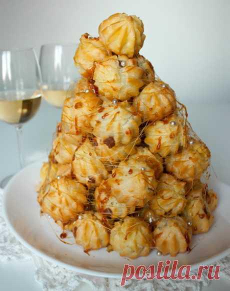 """Крокембуш на Вкусном Блоге Крокембуш (фр. Croquembouche) – традиционный французский десерт, представляющий собой горку маленьких заварных пирожных с кремом, скрепленных карамелью (в некоторых вариантах шоколадом). Дословно название десерта можно перевести как """"хрустящий во рту"""" – хруст обеспечивает та самая карамель, которой скрепляются пирожные. Крокембуш принято подавать на свадьбы, а также на другие праздники. Готовим…"""