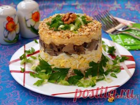 Слоёный салат с курицей, орехами, сыром и грибами Предлагаю вам ещё один замечательный слоёный салат с курицей, орехами, сыром и грибами. Такой салат разнообразит ваше домашнее меню. Салат будем выкладывать с помощью формовочного кольца. Можно выложить в ровном прозрачном салатнике, где хорошо будут просматриваться слои.