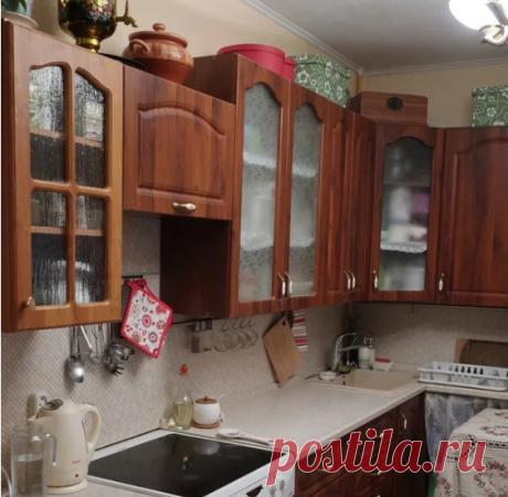 Женщине надоела старая кухня и она перекрасила ее. Фото до и после.