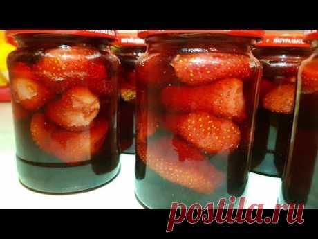 La confitura de fresa sin cocción de las bayas, la gitana prepara. Strawberry jam.