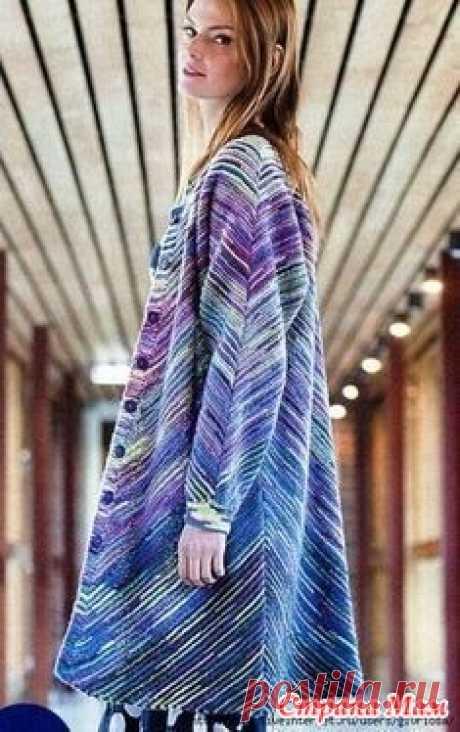 . Модная модель женского пальто в полоску из остатков пряжи Модная модель женского пальто в полоску из остатков пряжи Размеры пальто: S (M-L; XL-XXL).