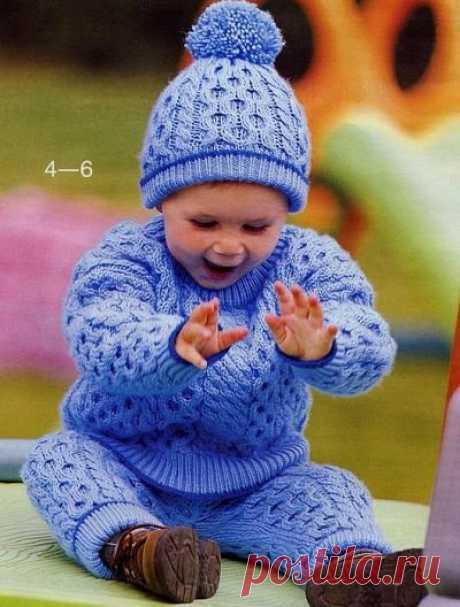 КОСТЮМ ДЛЯ МАЛЬЧИКА  Вяжем замечательный комплект для мальчика. Он состоит из штанишек, джемпера и шапочки.  Описание дано на возраст от 10 до 18 месяцев.  Узор в виде цепочки как бы утолщает вязание и делает костюмчик более теплым.  Резиночки на штанишках и рукавах плотно прилегают к ножкам и ручкам и не дают холоду проникнуть внутрь.  Шапочку украшает замечательный помпон.  Костюм вяжется на спицах.   Вам потребуется: по 400 г пряжи синего и 30 г темно - синего цветов...