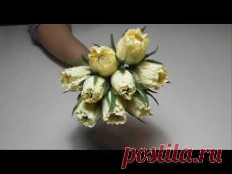 Цветок из гофрированной бумаги с конфетой.
