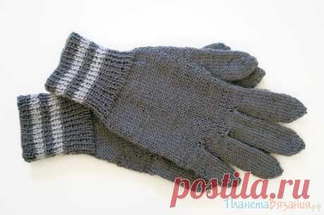 La labor de punto de los guantes por los rayos