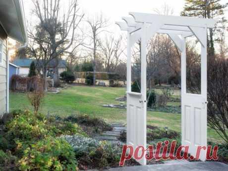 Мужчина взял пару старых дверей и сделал на огороде стильную арку как в китайских садах: инструкция