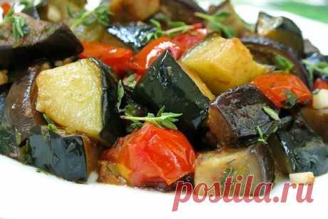 Ароматное рагу с кабачками и баклажанами  Ингредиенты: -помидоры 2 шт. -баклажаны 1 шт. -морковь 1 шт. -цукини 1 шт. -лук репчатый 1 головка -масло оливковое 3 ст.л. -чеснок 4 зубчика -петрушка 2 веточки -кинза 2 веточки -перец черный молотый -соль  Приготовление: 1 Баклажан, кабачок, цуккини, морковь вымыть и нарезать. На среднем огне, в сковороде или в кастрюле, разогреть оливковое масло. Обжарить рубленый репчатый лук до прозрачности, добавить морковь, тушить в течение ...