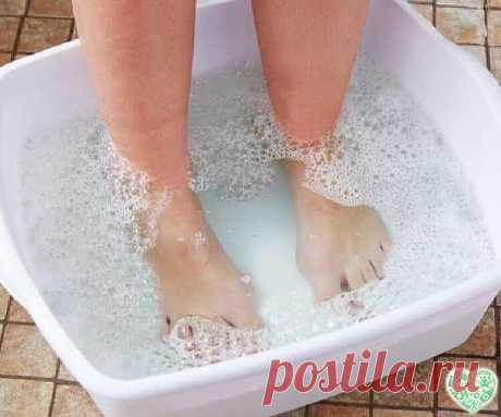 Домашнее СРЕДСТВО ДЛЯ ВАШИХ ПЯТОЧЕК! ПОМОГАЕТ ЗА МИНУТУ!   И так….. Берём небольшую мисочку (такого размера, чтобы только поместились в неё ноги), наливаем 1,5 литра воды , чтобы была горяченькая, но не очень. Добавляем в воду 4 столовых ложки перекиси водорода. Ставим ноги в воду и сидим.   Уже через несколько минут создаётся такое впечатление, что вы парили ноги по крайней мере полчаса. Если подошвы очень запущены, посидите подольше . Вы сами почувствуете эффект, когда п...