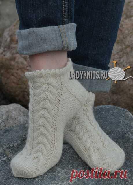 Вязаные спицами красивые короткие носки с косами