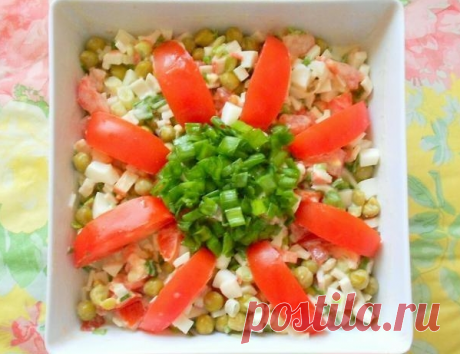 Салат крабовый с помидорами и зеленым горошком
