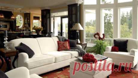 Белая мебель в сочетании с контрастными черными и бордовыми подушечками.