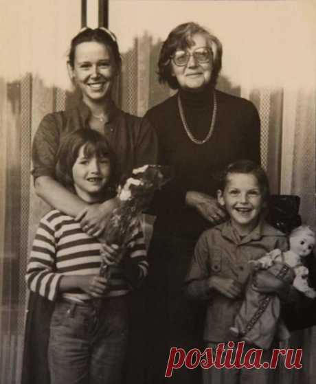 Евгения Симонова с мамой и дочками