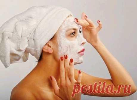 Маска для лица в домашних условиях  При частом использовании кожа становится более упругой и подтянутой.  Нам нужно:  -1 чайная ложка мёда -1 чайная ложка крахмала -1 чайная ложка молока (для сухой кожи возьмите сметану или йогурт)  Смешайте все ингредиенты и нанесите маску на лицо на 15 минут. И после этого смойте прохладной водой. Для лучшего эффекта протрите кожу кубиком льда.  Молочный лёд  Это средство прекрасно увлажнит вашу кожу лица и зоны декольте и добавит ей тон...
