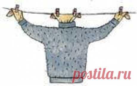 """Лучший способ сушки шерстяного свитера: возьмите старые колготки, проденьте пояс в горловой вырез свитера, а """"ноги"""" в рукава и вешайте на бельевую веревку, цепляя прищепки не к свитеру, а к колготкам. Свитер не вытянется и высохнет быстро."""