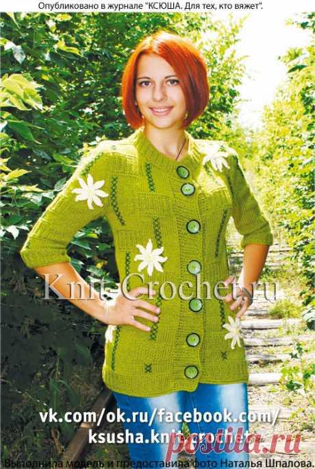 Жакет, вязанный спицами, с аппликацией цветами крючком.