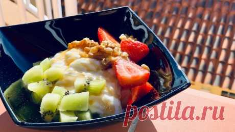 Фруктовый салат с йогуртом - ПП-рецепт за 5 минут Фруктовый салат с клубникой и киви это отличный ПП Завтрак, рецепт которого Вы можете найти в категории Салаты, Фрукты. Инвентарь для приготовления: Без инвентаря. КБЖУ одной порции готового блюда: Ккал . г Белка, . г Жира, г Углеводов.