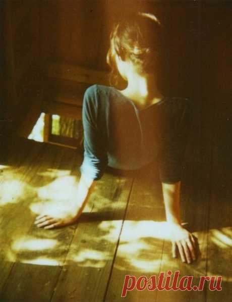 Я долго боялась заговорить об осени. Мне отчего-то хотелось молчать о ней. Не замечать её тихих танцев по утрам в саду, не слышать её песен в августовском прохладном ветре.  Мне было неловко и боязно подумать о той секунде, когда я впервые её встречу. А когда я встретила её, то взяла с себя обещание никому об этом не рассказывать. Мне отчего-то казалось чудовищным предательством лета даже мысль о ней!  Я боялась этой мысли. И я её ждала. И это случилось. Случилось сегодня ...