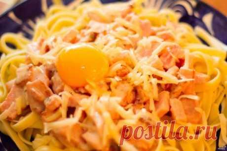 Тальятелле карбонара. Тальятелле - итальянская паста, по форме схожая с нашей лапшой. Тальятелле карбонара готовится с беконом и сыром Пармезан. Вкусный обед на скорую руку.