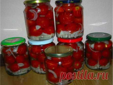 """Помидоры ПАЛЬЧИКИ ОБЛИЖЕШЬ    На дно 1-литровой банки: петрушка, чеснок, 1 ст. л. масла.  Круглые помидоры (не """"сливки"""") разрезать на 4 части, сложить в банки. На помидоры - 2-3 кольца лука.  МАРИНАД (на 8 1-литровых банок):  3 л. воды, 3 ст. л. соли, 7 ст.л. сахара, перец горошком, лавровый листик - закипятить. После закипания + 1 стакан уксуса. Маринад остудить, залить помидоры. Стерилизовать 12-15 минут.    Мои дополнения:  не рекомендую """"сливки"""", т.к. в них мало сока. ..."""