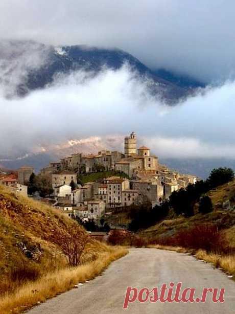 Красочный вид на коммуну Кастель-дель-Монте. Абруццо, Италия