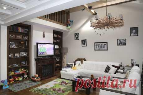 Интерьер частного жилого дома. Главная гостиная со вторым светом.