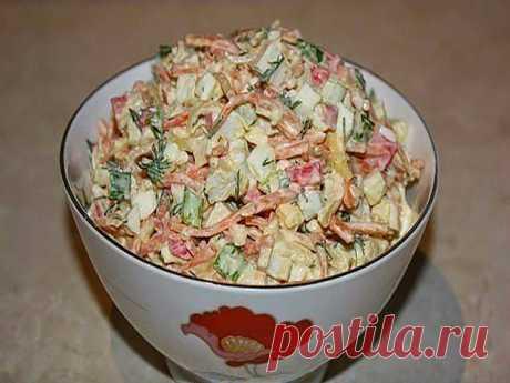 Простой и вкусный салат с крабовыми палочками и корейской морковкой.