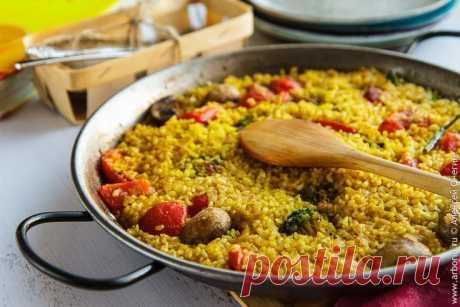 Овощная паэлья Овощная паэлья - блюдо из нарядного ярко-желтого риса, пропитанного ароматами специй, масла и овощей. Паэлья готовится быстро и в одной сковороде. Замечательно!