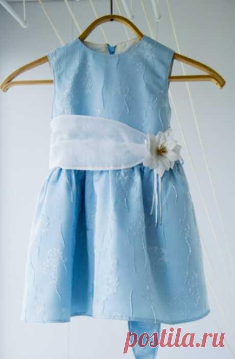 Сегодня мы вам расскажем, как строятся выкройки платья для девочки 7 лет, а также вместе сошьём несколько вариантов изделий на любой случай. Здесь вы найдёте нарядное бальное платье и три варианта универсальных нарядов. В конце урока приведена выкройка школьного платья, которое наверняка пригодится 7-летней девочке. Все модели подойдут для начинающих мастериц.