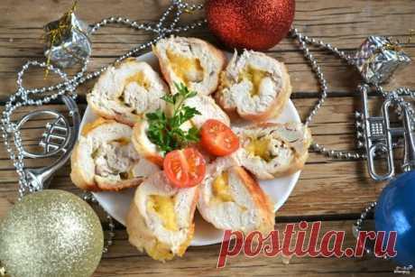 Новогодний рулет из курицы Разбавит огромное количество салатов на вашем праздничном столе и сделает меню более сытным ароматный новогодний рулет из курицы. В такой рулет можно завернуть все, что угодно, от грибов до дольки апельсина, я предлагаю в качестве начинки использовать твердый сыр. Получается очень вкусно.  Рецепт, как приготовить новогодний рулет из курицы, настолько прост и быстр, что сэкономит ваше время в предновогодней подготовке и даст возможность немного от...