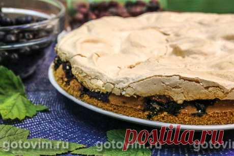 Бисквитный пирог с черной смородиной и безе . Рецепт с фото Чудесный ягодный пирог из бисквитного теста с прослойкой кисло-сладкой смородины под хрустящей шапочкой безе. И при всем при этом, рецепт бисквитного пирога очень простой. Попробуйте, у вас обязательно получится. Приятного чаепития!