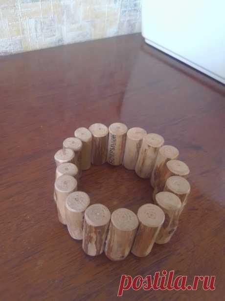 Браслет из боярышника Браслет сделан из веток натурального боярышника без лакового покрытия, обработан натуральным воском. Размер по внутренней окружности 19 см. Соединение деталей браслета осуществляется с помощью резинки