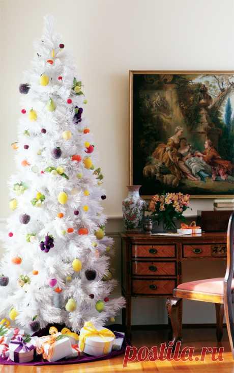 Как украсить белую елку? Можно сделать ёлочные украшения из засахаренных фруктов и мармелада. Вариант достаточно нестандартный, но посмотрите как выглядит такой декор.