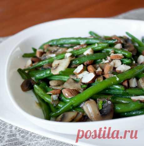 Теплый салат из зеленой фасоли и шампиньонов на Вкусном Блоге Наконец-то на рынке появилась моя любимая стручковая зеленая фасоль. По этому поводу делюсь с вами рецептов очень вкусного сытного салата. Лучше всего он подходит для повседневной трапезы. Нежная текстура зеленой фасоли и шампиньонов отлично дополняются в этом салате хрустящим поджаренным миндалем. Не очень мелко рубим миндаль. Фасоль отвариваем в подсоленной…
