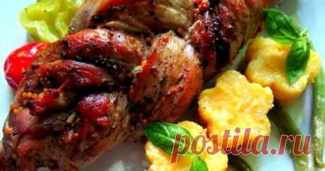 Запеченная мясная коса из свиной вырезки с черносливом Оригинальный рецепт приготовления свиной вырезки. Для маринования мяса можно использовать специи по вашему вкусу. Мясная косичка отлично смотрится на праздничном столе. Подавать «плетенку» можно в виде закуски или как основное блюдо с любым гарниром. Продукты для приготовления мясной косички: 1...