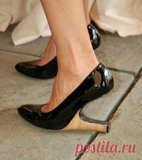 Моя обувь долго остается чистой и не пахнет даже при длительной носке. Показываю 5 лучших средств от запаха.  У каждого мужчины всегда есть свои секреты и хитрости, чтобы на ногах всегда была аккуратная и чистая обувь. Однако, в силу разных факторов, как-то: ношение тесной обуви, ношения каблуков или неудобной обуви, появляются такие неприятные запахи, как запах пота, запах от обуви в летний период. Как же избавиться от запаха в обуви? Если вы любите удобную обувь на каблуке, то не стоит носит…