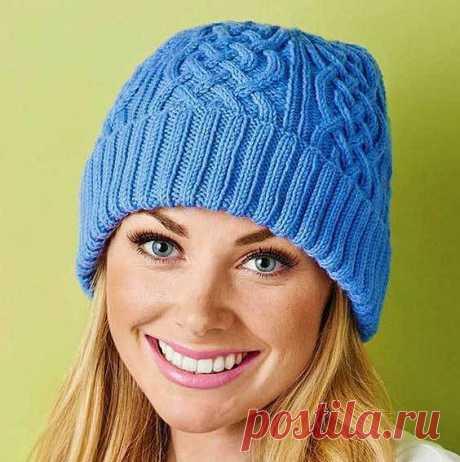 Теплая вязаная шапка спицами с плетеными косами на зиму 2018   Вязание Шапок - Модные и Новые Модели