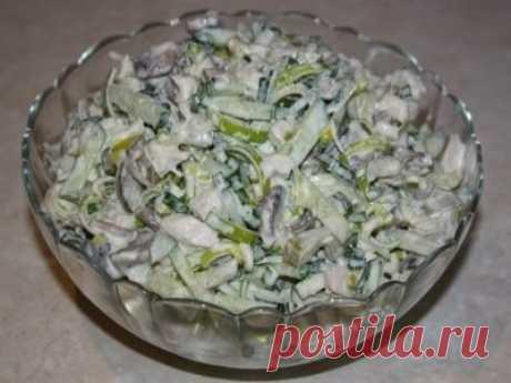 Оригинальный и вкусный салат «Добрый барин». Не сложный и не дорогой! Съедается вмиг! Ингредиенты: куриное филе — 300 г шампиньонов — 400 гр. 1 лук-порей свежие огурцы – 2 штуки соленый огурец – 1 большой майонез Приготовление: Грибы