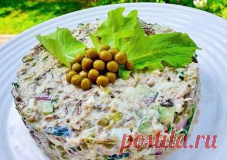 Салат с тунцом и горошком Простой и вкусный салат, который красиво будет смотреться и на праздничном столе. Консервированный тунец отлично сочетается с зеленым горошком.