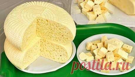 Приготовление домашнего сыра - не такая сложная задача, как может показаться на первый взгляд. Раскрываем секреты приготовления. Хочу предложить Вам очень вкусные и довольно простые рецепты домашних сыров. Часто для этого нужны всего лишь молоко и лимон... 1. Домашний сыр с куркумой Для приготовления нам нужно: - Молоко-жирностью 3,2% или более, 1 литр; - Кефир-жирностью 3,2% или более, 1 литр; - Яйцо- 3 шт; - Зелень; - Куркурма - 2 ч. ложки; - Чеснок - 3 зубчика; - Соль. ...