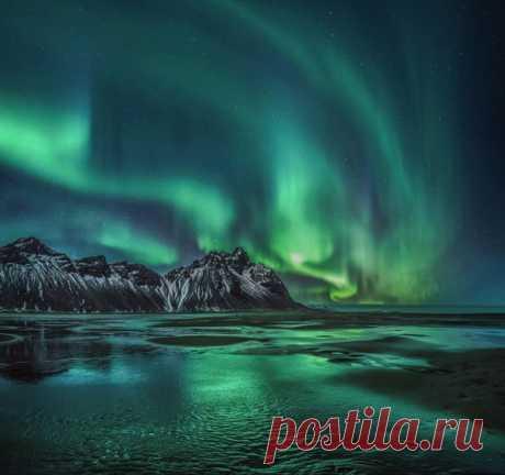 Аврора над горным массивом Вестрахорн, Исландия. Фотограф – Михаил Щеглов: nat-geo.ru/photo/user/120131/ Спокойной ночи.