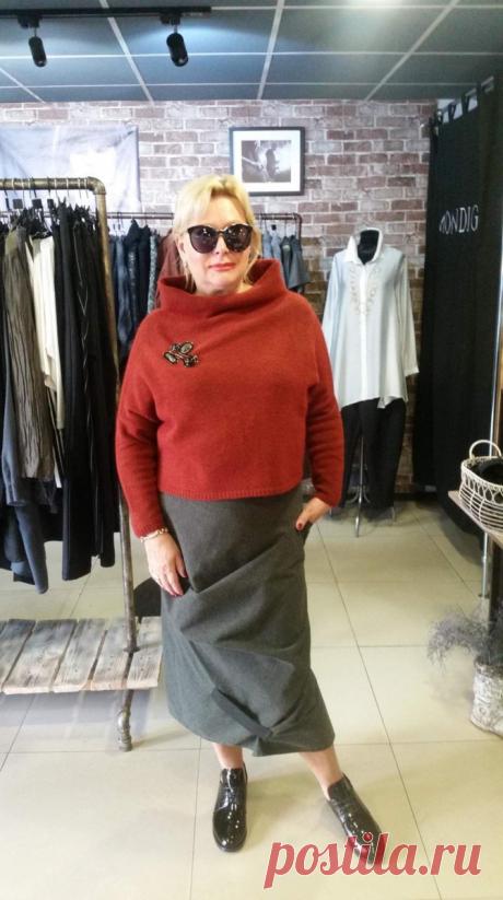 Длинные юбки в стиле бохо в осенних образах женщин 50+ Оригинальные юбки в стиле бохо пользуются популярностью у модниц, которые не любят одеваться стандартно. Как правило, это модели длиной макси или миди и достаточно свободного покроя, поэтому с их помощью легко скрыть недостатки фигуры, а в возрасте 50+ редко у кого телосложение безупречное. Для пошива юбок на осень используют плотные ткани, предпочтение отдается натуральным материалам. […] Читай дальше на сайте. Жми подробнее ➡
