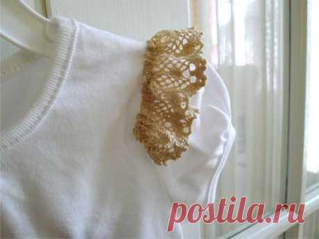 40 идей декорирование крючком ваших нарядов  Изящные элементы, связанные крючком, способны преобразить самую простую футболку или кофточку, придав ей оригинальности и женственности. Вы можете украсить кокетливым кружевным узором спинку, дополни…