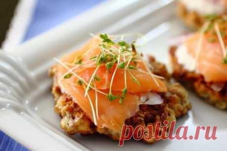 Гречневые оладьи с малосольной семгой   Оригинальное блюдо, внешне похожее на мясные котлеты.   Ингредиенты:  Показать полностью…