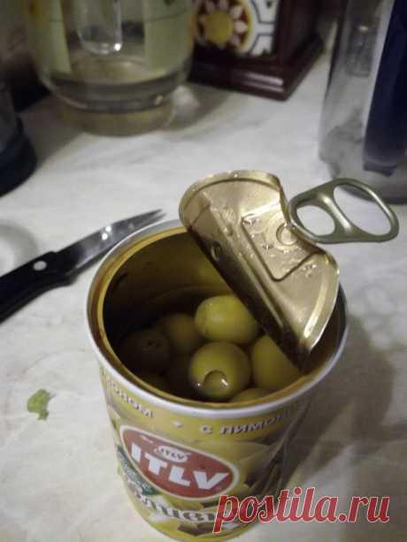 Я знаю, как из банки оливок или маслин приготовить аппетитную и оригинальную закуску, которая точно украсит новогодний стол. Если вы хотите удивить гостей, тогда не ставьте их просто в тарелочке. Я предлагаю последовать моему примеру.