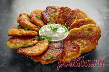 Настоящие драники без муки: все секреты с Шефмаркет Драники - это то самое блюдо, вариации которого популярны по всему миру. Более распространенное их название — картофельные оладьи.