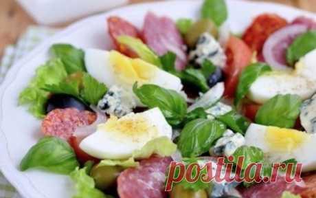 Непременно нужно приготовить. Каталонский салат    Рецепт, которому нет равных!          Ингредиенты — Салатные листья— Лук белый — 1/3 шт.— Помидор — 1 шт.— Яйцо куриное вареное — 1 шт.— Оливки и маслины — 10 шт.— Колбасы сыровяленые (несколько ви…