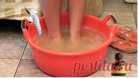 Замучил грибок и потеют ноги? Для Вас есть спасение! Взять литр теплой воды, 6 капель йода и 4 столовые  ложки соли. Перемешать и опустить ноги. Держать  ноги в растворе по 5–10 минут в день до полного выздоровления. Здоровья Вам и никакого грибка! Грибов только в лесу и побольше!