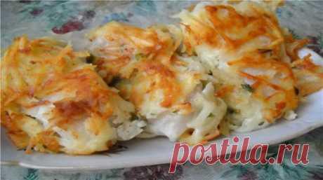 Вкусная рыба под тертой картошкой   А у меня еще очень вкусный праздничный рецепт жареной рыбы под тертой картошкой — настоящее ресторанное блюдо! Поджаристый, хрустящий, как чипсы, картофель — и нежная, сочная, мясистая рыба внутри. …