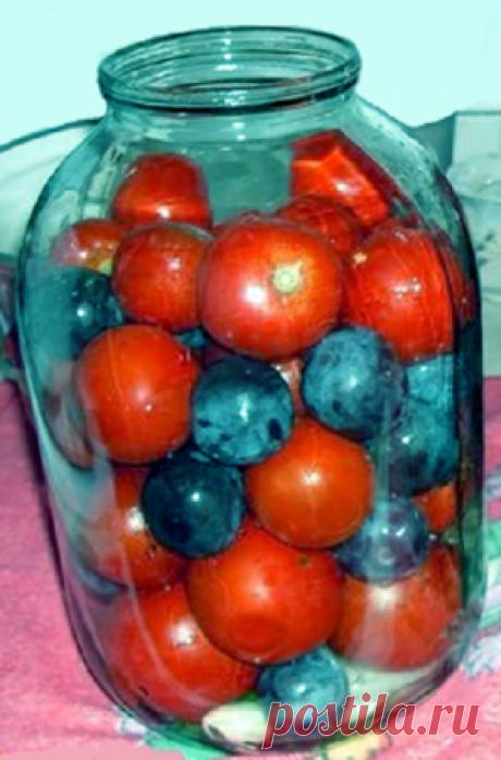 Помидоры с синими сливами - находка зимой Ингредиенты Помидоры - 1-2 кг.Сливы синие (венгерка) - 1 кг.Маринад на 1 литр:Соль - 0,5 ст.л.Сахар - 100 г.Яблочный 6% уксус - 50 мл.Способ приготовления Шаг 1 В чистые стерилизованные банки уложить помидоры вперемешку со сливами.Шаг 2 Залить кипятком, накрыть крышками, дать постоять 20 минут.