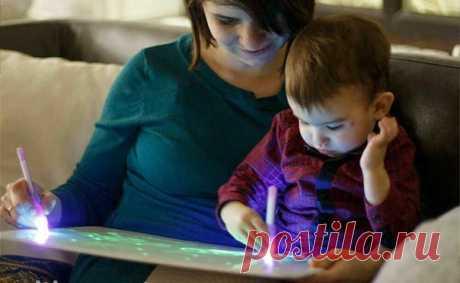 """«Детский интерактивный набор для рисования в темноте Волшебный луч» Набор """"Волшебный Луч"""" - игрушка, которая покорила сердца детей и даже взрослых!- https://vk.cc/a7dT4O  Детский интерактивный набор для рисования в темноте Волшебный луч Интерактивный набор для рисования в темноте, состоит из фотолюминесцентного экрана в рамке-планшете, светового маркера и трафаретов. Благодаря уникальной технологии, рисунки будут светиться в темноте до 30-ти минут!  Ребёнок может использов..."""